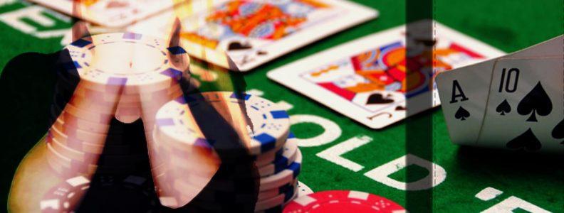 Wanita Menutupi Matanya Poker Dengan Latar Belakang Meja Poker