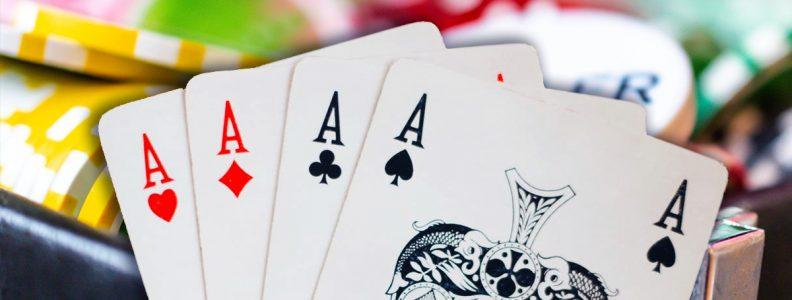 Latar Belakang Empat Kartu Aces dan Chip Kasino