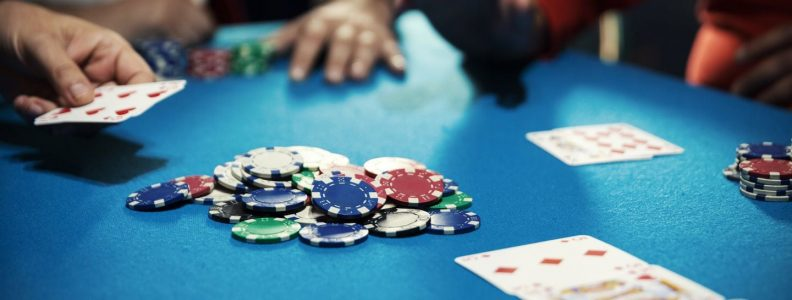 Remaja saya pandai bermain poker. Apakah saya melakukan kesalahan dengan membiarkannya bermain?