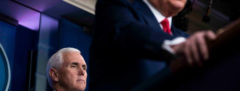 Bertopeng atau Tidak, Mike Pence Menjaga Kedamaian dengan Wajah Poker