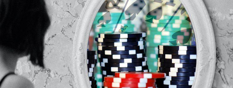 Wanita Mencari Ke Cermin Dengan Refleksi Bertema Poker