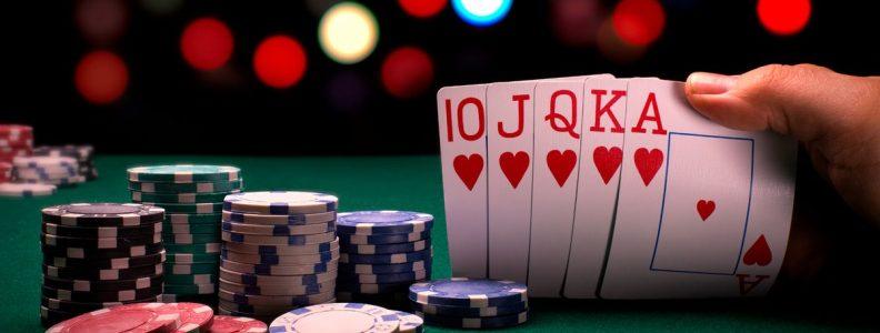 Tiga pria yang bertemu untuk bermain poker menghadapi tindakan penguncian polisi